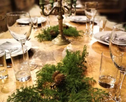 6003caae Til Krogsveens julebord på fredag ble det også mye grønt på bordet. Her ble  resultatet omtrentlig en egen juletreskog på hvert bord.